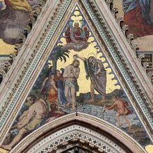 ファサードの『キリストの洗礼』のモザイク画