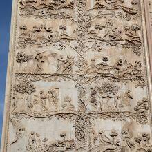旧約聖書の場面が描かれた第1の付け柱