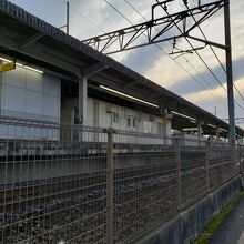 北口側は下り列車が道路のすぐそばを通ります。