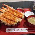 海老の天ぷら5本が丼からはみ出てます