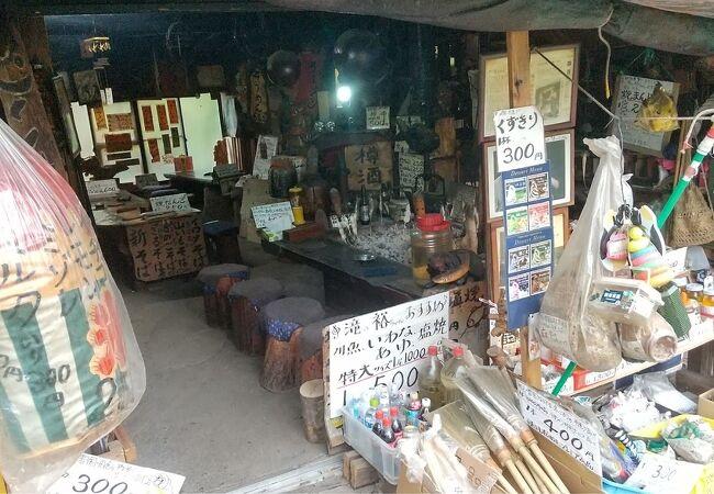 滝入口の散策路にある昔ながらの店