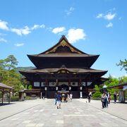 A representative temple of Nagano, it's a treasure trove of national treasures and important cultural assets