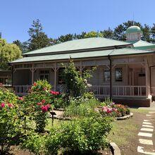 洋館と庭園のバラ園