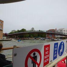 ヴァポレットから見えるアーチ形の橋