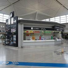 名鉄「中部国際空港」駅改札を出ると正面に案内所