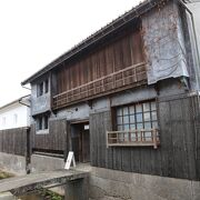 白壁の土蔵や、かつての栄華を物語る商家が今なお残る歴史街