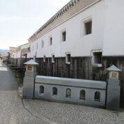 倉吉の町を東西に流れる玉川沿いに連なる白壁の家並み