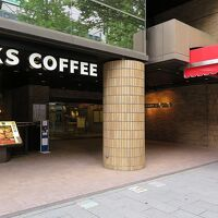 ホテル入口、その隣にはスターバックスコーヒーが入居