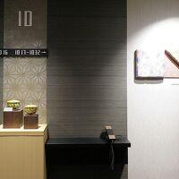 客室階エレベーターホールには名古屋友禅、有松絞り、瀬戸焼