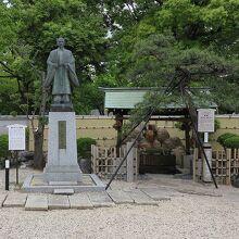 「豊太閤之像(豊臣秀吉公銅像)」と「豊臣秀吉公産湯の井戸」