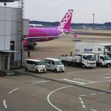 成田空港第1ターミナルに到着したピーチエア
