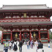 浅草寺の手前にある大きな門