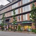学習院と川村のおひざ元の小さなSCで駐車場が使いやすい。