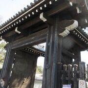 京都地下鉄今出川駅を出たところ北向に建つのが今出川御門で京都御苑の数ある御門の一つ