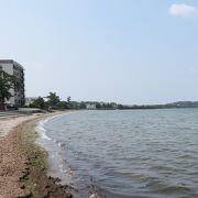 温泉街にあるビーチ