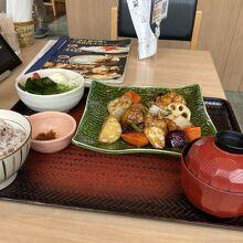 鶏と野菜の黒酢あん定食 ¥890
