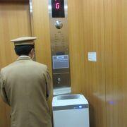 華厳の滝に降りるエレベーターの中には空気清浄機がある