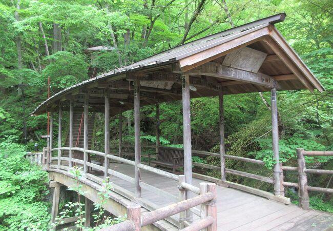 渓流に架かる橋です