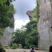 岩肌に掘られた巨大な観音様は圧巻
