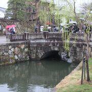 立派な装飾の大原美術館前の橋