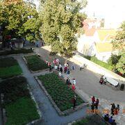 タリトールの塔の東にある庭園