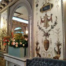 レディスフロア一角にある、ヨーロピアン調の内装のカフェ