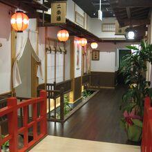 京都の祇園小路のような店内です☆