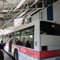 パンタグラフのついた電気バス