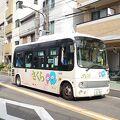荒川区のキャラクターあら坊とあらみぃのイラスト入りバス。