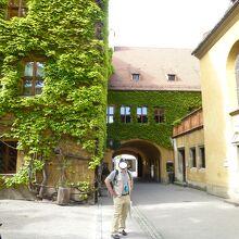 入口とフッガー家長老会の館