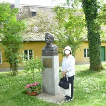 中庭にヤコブ・フッガーの胸像が立っている。