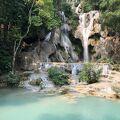 エメラルドグリーンの滝