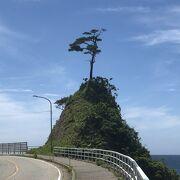 日本海の荒波の浸食により奇岩、岩礁や洞窟など、変化に富んだ風景が形成された