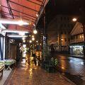 裸電球で照らされた夜の温泉商店街がおすすめ。