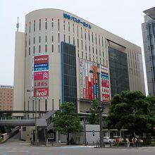 「博多バスステーション」、右手は「博多駅」です
