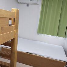 シングルルームで予約したがなぜかベッドが3台ありました