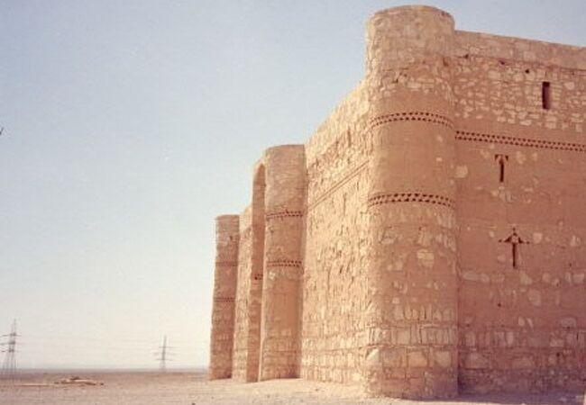 砂漠に忽然と四角い大きな城が現れる、ここを訪れた時は驚いた