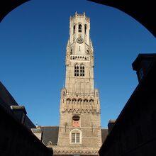 中庭から見上げる鐘楼も素晴らしいです。
