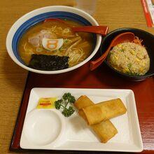 中華麺と半チャーハンと春巻き 1210円