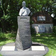 創設者・団琢磨氏の銅像と大浦坑遺址