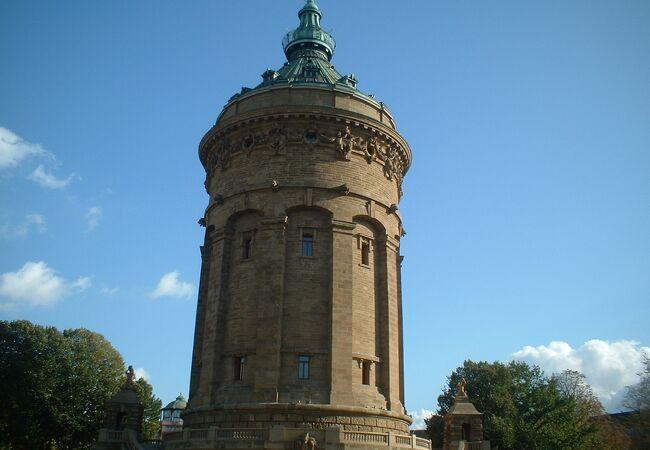 給水塔がある、マンハイムのフリードリヒ広場