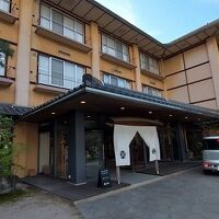 高湯川に沿った大型旅館です。