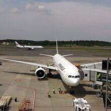 手前がエアフランス機で、JAL機がタキシング中
