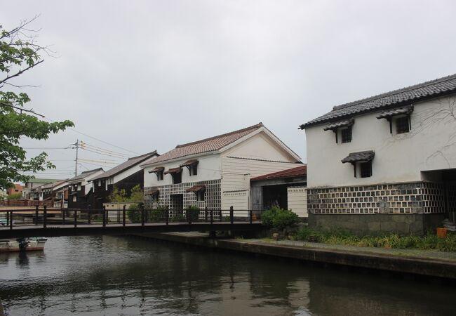 加茂川沿いに数軒の土蔵があるだけです