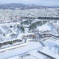 真冬の雪に覆われた白い五稜郭跡が見れました! 全シーズンに訪れ、見たい景観。