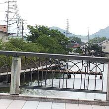 橋からも見えます。