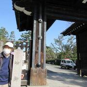 蛤御門は京都御苑の九門の一つで烏丸通に面しています
