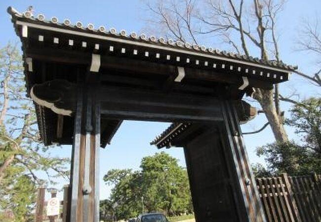 京都御苑の御門の一つ中立売御門は御苑の西側中央あたりにあります
