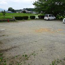 西門近くの駐車場。