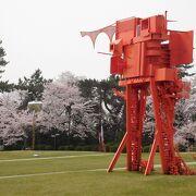 桜が公園内の彫刻を彩っていました。